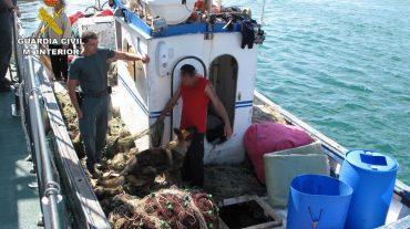 Detenidas tres personas por transportar hachís en una embarcación pesquera