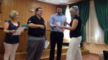 Pinos Puente entrega 1.800 euros en becas al alumnado del Centro de Educación de Adultos